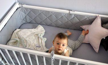 ochraniacz pikowany do łóżeczka szary